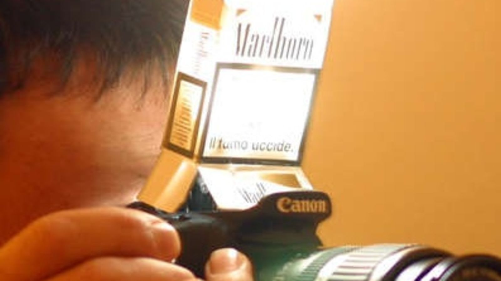 Make a flash diffuser with a pack of cigarettes